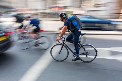 rowerzysta w ruchu drogowym