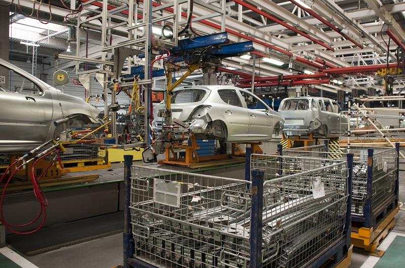 linia produkcyjna w fabryce samochodów